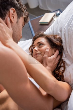 Photo pour Focalisation sélective de la petite amie serrer dans ses bras et regarder le petit ami - image libre de droit