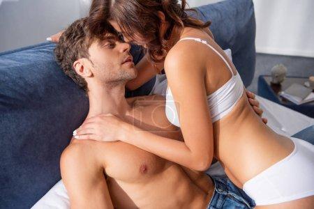 Photo pour Petite amie en sous-vêtements embrassant et embrassant son beau copain - image libre de droit