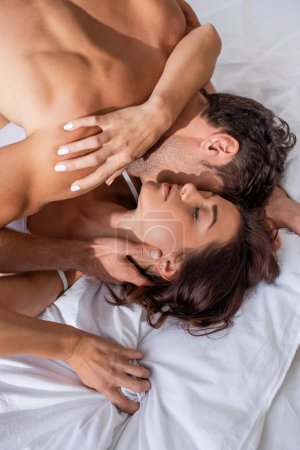 Photo pour Vue en hauteur de son copain qui embrasse sa copine aux yeux fermés - image libre de droit