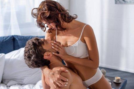 Photo pour Jolie copine en sous-vêtements blancs jolie copine musclée - image libre de droit