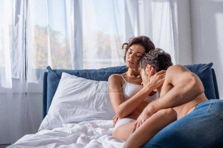 Photo pour Petite amie embrassant et embrassant petite amie en sous-vêtements au lit - image libre de droit