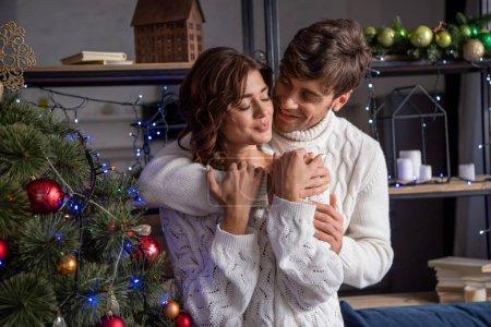 Photo pour Jolie amie en chandail au moment de la fête de Noël - image libre de droit