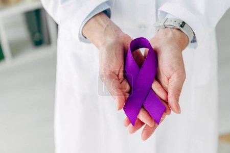 Foto de Visión aproximada del médico que tiene cinta púrpura en la clínica - Imagen libre de derechos