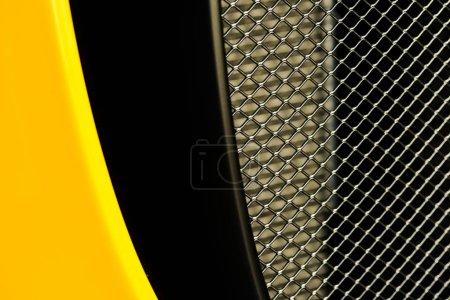 KYIV, UKRAINE - 7 OCTOBRE 2019 : gros plan de la grille métallique dans un nouveau porche jaune