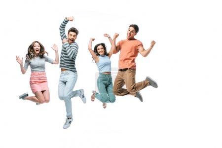 emocionados hermosos amigos saltando con triunfo, aislados en blanco
