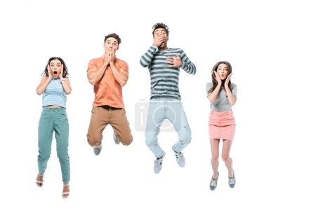 Photo pour Des amis excités qui sautent et fêtent ensemble, isolés sur - image libre de droit