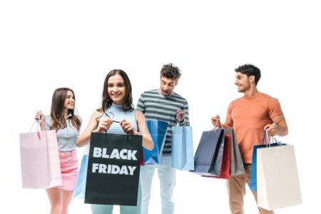 Photo pour Des amis souriants tenant des sacs de magasinage le vendredi noir, isolés sur blanc - image libre de droit