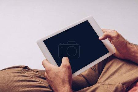 Photo pour Vue partielle de l'homme à l'aide d'une tablette numérique avec écran blanc isolé sur gris - image libre de droit