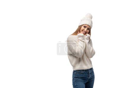 Photo pour Belle femme posant en jeans, tricot blanc chandail et chapeau, isolée sur blanc - image libre de droit
