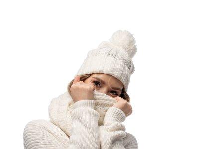 Foto de Hermosa chica feliz calentándose con ropa de punto blanco, aislada sobre blanco - Imagen libre de derechos