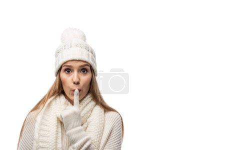 Photo pour Surprise en tricot blanc montrant le symbole du silence, isolée sur le blanc - image libre de droit