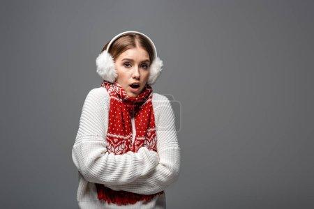 Photo pour Attrayante fille choquée en chandail blanc, oreilles et foulard posant avec les bras croisés, isolée sur gris - image libre de droit