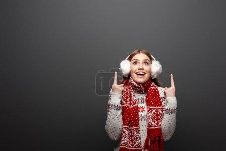 Photo pour Jolie femme souriante en chandail de Noël, écharpe et oreilles pointées vers le haut, isolée sur grise - image libre de droit