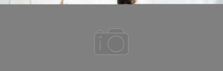 Photo pour Photo panoramique d'une heureuse femme enceinte tenant du jus d'orange dans sa cuisine - image libre de droit