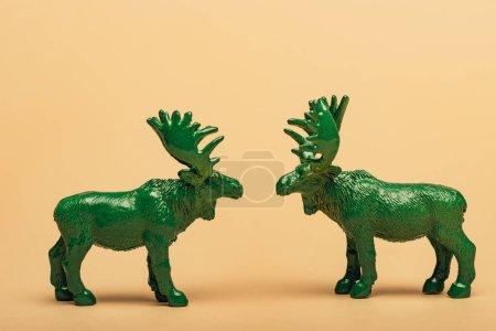 Photo pour Jambières de jouets verts sur fond jaune, concept de la chasse aux cornes - image libre de droit