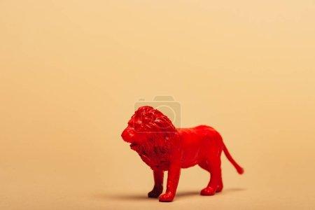 Photo pour Lion jouet rouge sur fond jaune, concept de bien-être des animaux - image libre de droit