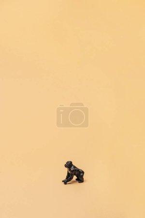 Photo pour Gorille jouet noir sur fond jaune, concept de bien-être des animaux - image libre de droit