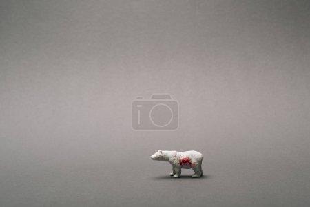 weißer Spielzeugbär mit Blut auf grauem Hintergrund, tötet Tiere Konzept