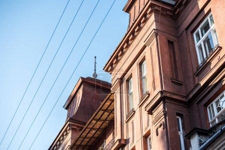 Photo pour Maison de pierre grise dans un ciel bleu sans nuages - image libre de droit