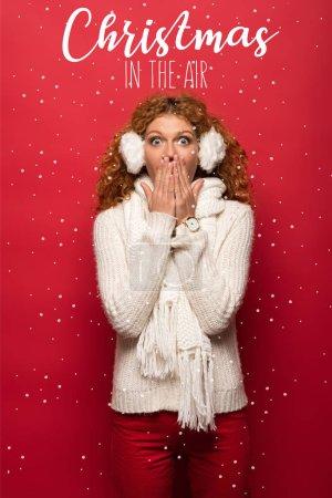 Photo pour Femme choquée posant en tenue d'hiver sur rouge avec chutes de neige et Noël dans l'air illustration - image libre de droit