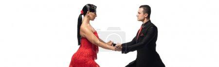 Photo pour Prise de vue panoramique de danseurs passionnés et élégants se regardant tout en exécutant le tango isolé sur blanc - image libre de droit