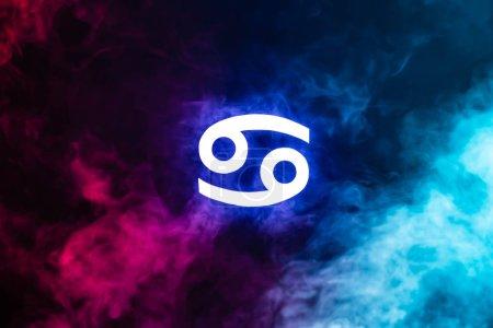Photo pour Bleu lumineux Cancer signe du zodiaque avec fumée colorée sur le fond - image libre de droit