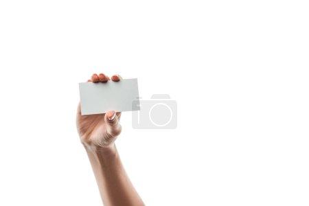 Photo pour Vue recadrée de la femme tenant la carte blanche isolée sur blanc - image libre de droit