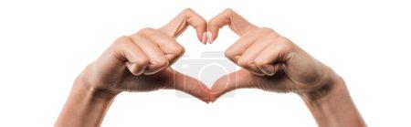 prise de vue panoramique de la femme montrant un signe en forme de coeur avec les doigts isolés sur blanc