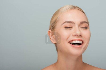 Photo pour Joyeuse et attirante fille riant isolée sur le gris - image libre de droit