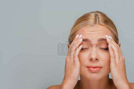 Photo pour Femme avec rides sur le visage isolé sur gris - image libre de droit