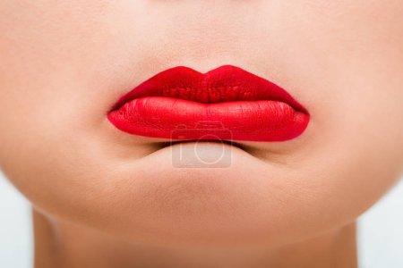 Photo pour Le gros plan d'une femme bouleversée aux lèvres rouges - image libre de droit
