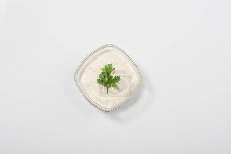 Draufsicht auf traditionelle griechische Tzatziki-Sauce auf weißem Hintergrund