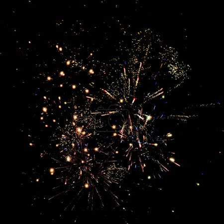 Photo pour Feux d'artifice traditionnels dorés dans le ciel nocturne, isolés sur noir - image libre de droit