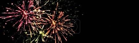 Photo pour Plan panoramique de feux d'artifice colorés dans le ciel nocturne, isolé sur noir - image libre de droit