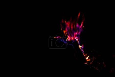 Foto de Llama rosa y púrpura en hoguera aislada en negro - Imagen libre de derechos