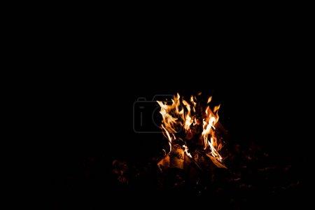 Photo pour Flamme orange dans un feu isolé sur noir - image libre de droit