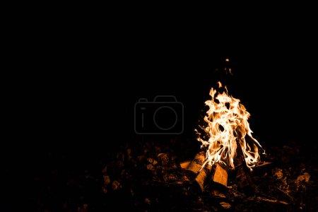 Foto de Llama y troncos en el fuego del campamento en la oscuridad en la noche - Imagen libre de derechos