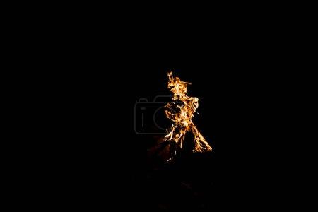 Foto de Llama naranja en hoguera aislada en negro - Imagen libre de derechos