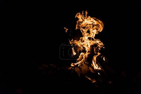 Foto de Troncos ardiendo en fuego de campamento aislados en negro - Imagen libre de derechos