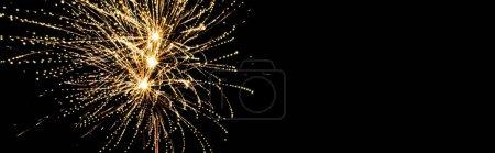 Photo pour Plan panoramique de feux d'artifice festifs dorés dans le ciel nocturne, isolé sur noir - image libre de droit