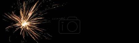 Photo pour Photo panoramique d'un feu d'artifice de fête orange, isolé sur noir - image libre de droit