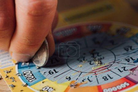 Photo pour Crochet d'un billet de loterie avec pièce d'argent - image libre de droit