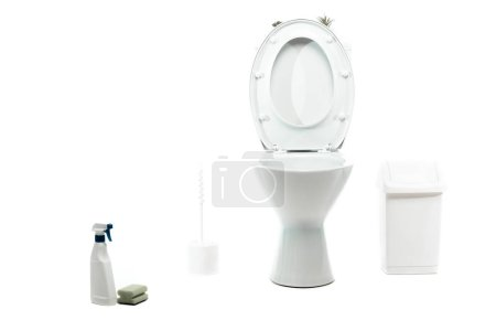 Photo pour Cuvette en céramique propre près du contenant de déchets, brosse de toilette, éponge, détergent isolé sur blanc - image libre de droit
