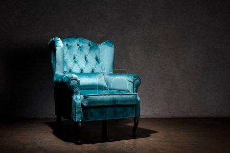 Foto de Elegante sillón azul marino cerca de la pared gris - Imagen libre de derechos