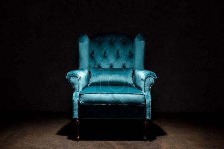 elegancki welurowy niebieski fotel odizolowany na czarno