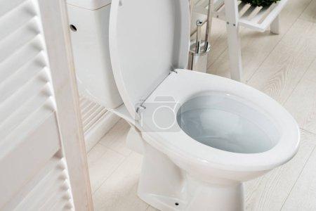 Photo pour Salle de bain moderne blanche avec WC près de l'écran pliant - image libre de droit