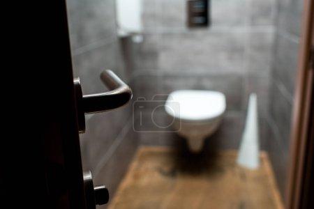 Photo pour Focalisation sélective des portes ouvertes et des toilettes modernes grises - image libre de droit