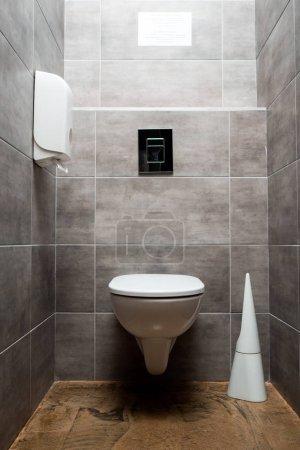 Photo pour Intérieur gris toilette moderne avec cuvette près de la brosse de toilette - image libre de droit