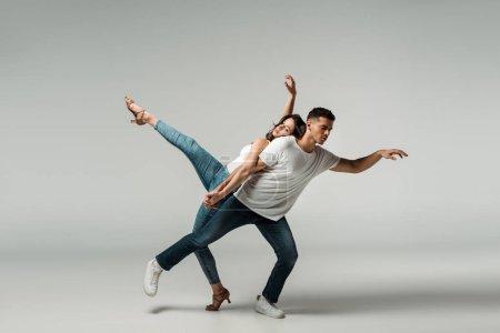 Photo pour Danseurs aux yeux fermés dansant bachata sur fond gris - image libre de droit