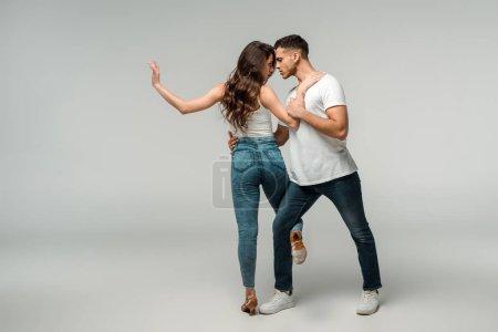 Photo pour Danseurs dansant bachata sur fond gris avec espace de copie - image libre de droit